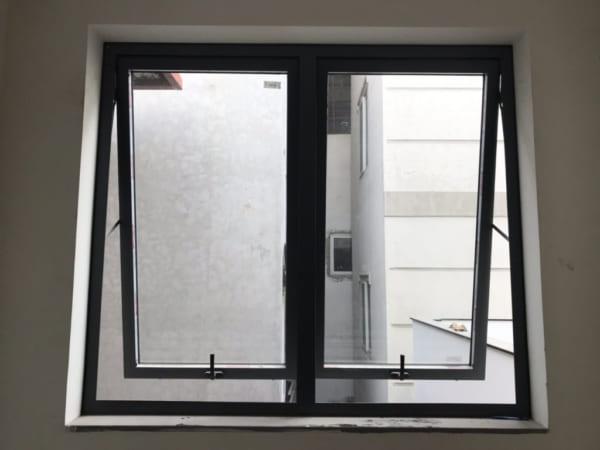 cửa sổ mở hất 2 cánh xingfa