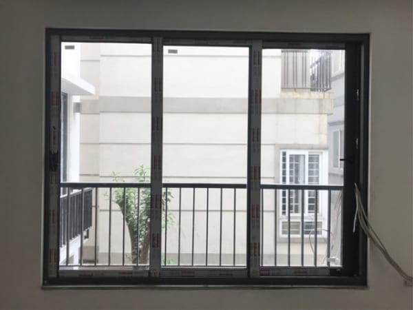cửa sổ nhôm mở trượt 3 cánh 2