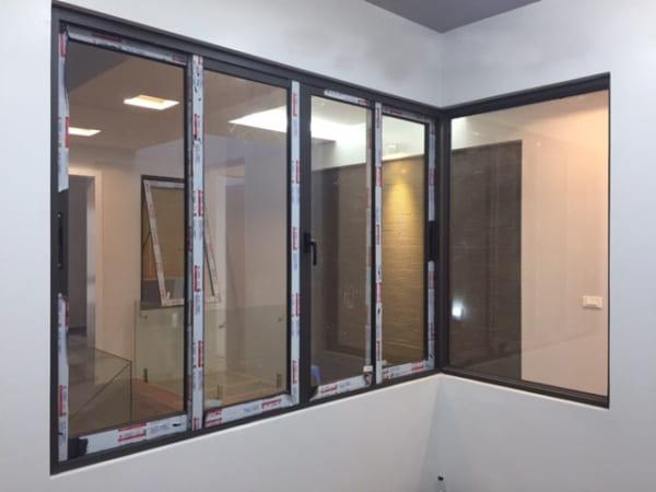 cửa sổ nhôm mở trượt 4 cánh 2